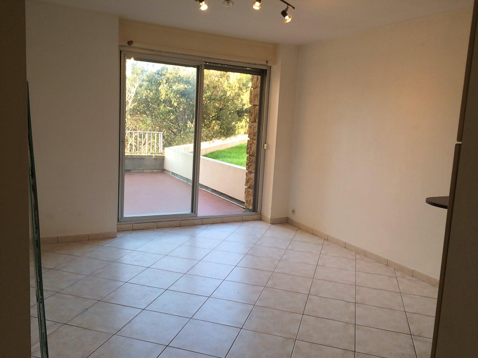 Location grand studio de 29m2 avec terrasse 14m2 dans for Residence avec piscine marseille